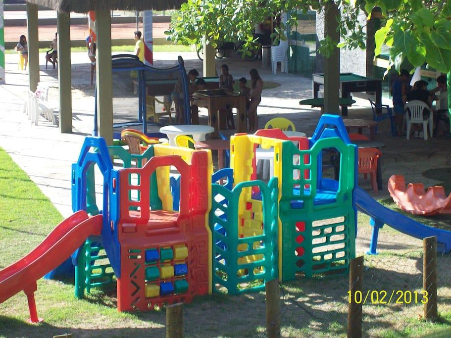 área completa para crianças, com jogos, brinquedos, cinema, recreasdores