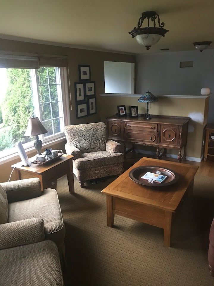 2 Story Home, 8-12 Guests ( w/ Adjacent Apartment)