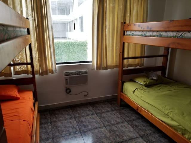Habitación 2, 2 literas y cama auxiliar, aire acondicionado