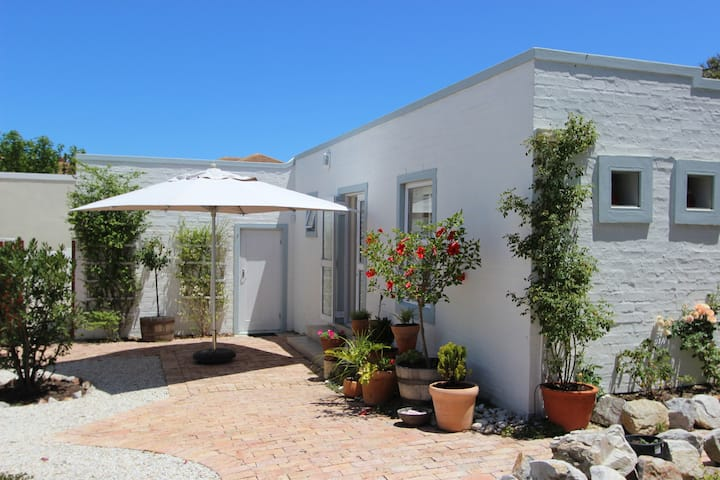 Bluefin Cottage - 60 meters to cliff path and sea