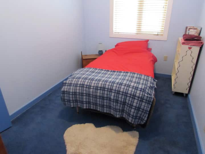 Cozy room for 1 or 2, close to airport