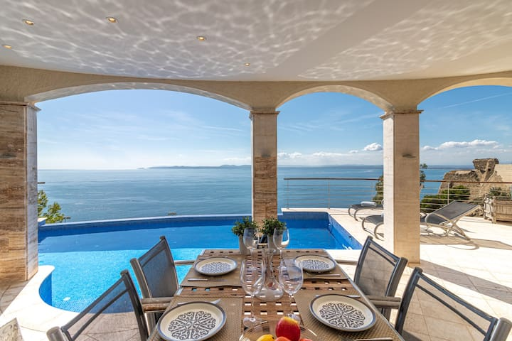 Spectacular sea views. Heated pool. Tennis court.