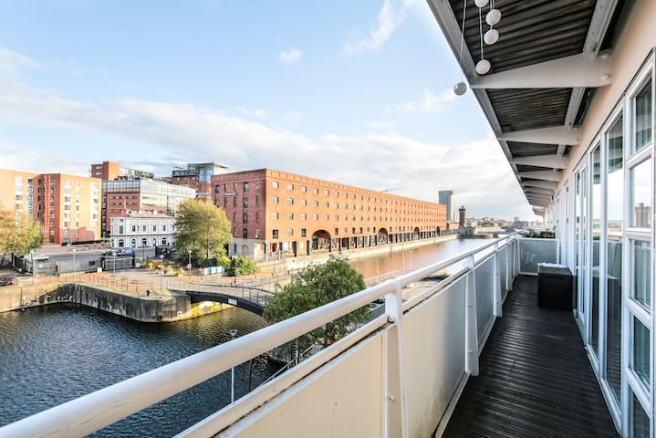 Liverpool dockside apartment with FREE Parking.