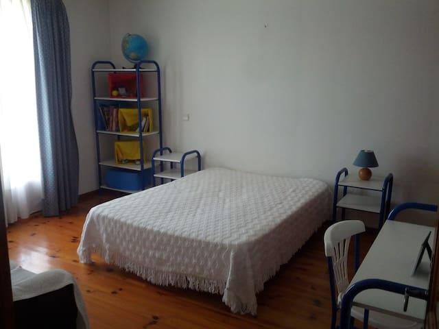 Yes!!! Só um quarto (1camas)! Just a room (1bed)!
