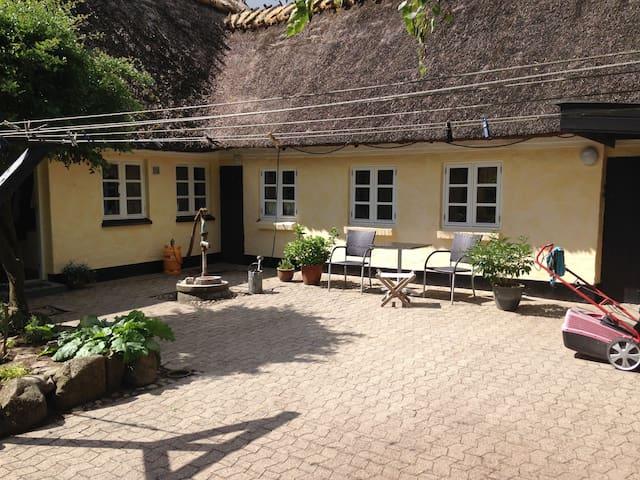Fuldt møbleret beboelse i hus på landet.