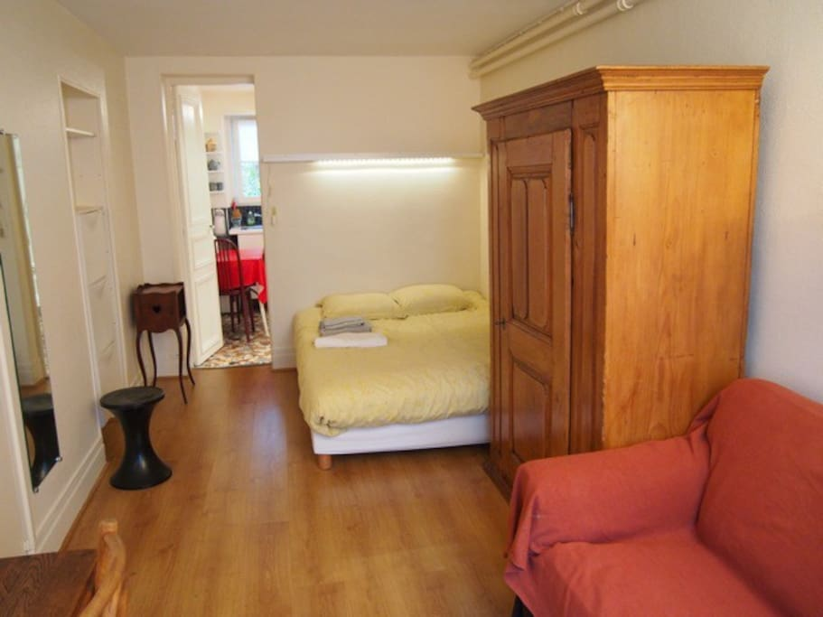 Pièce principale côté chambre avec vrai lit double
