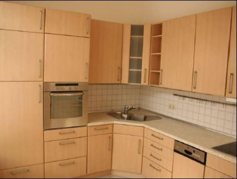 Die Küche ist mit den wichtigsten Dingen ausgestattet und wartet auf Eure Kochkünste.