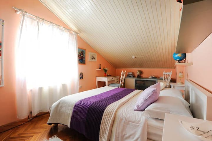 *Shabby chic* private room in attic - 시베닉(Sibenik) - B&B