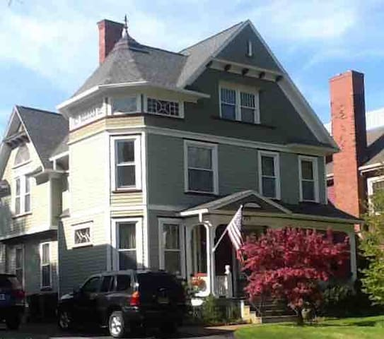 South Wedge~ UofR ~ Private studio for female