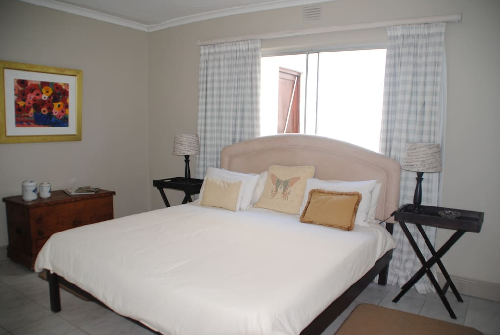 King size bed, with en-suite shower/toilet