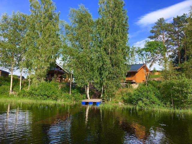 Домик и баня на берегу Ладожского озера