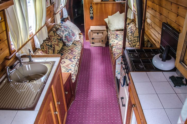 An escape for two on a narrowboat in Victoria Park - Londres - Barco