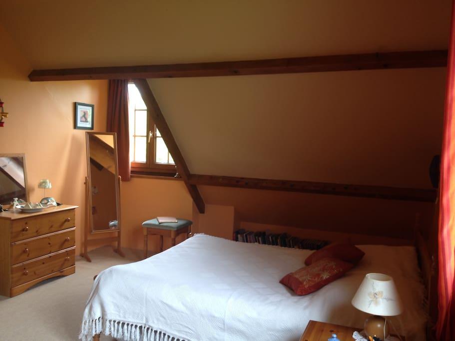 Chambre lumineuse au 1er étage, un lit deux personnes