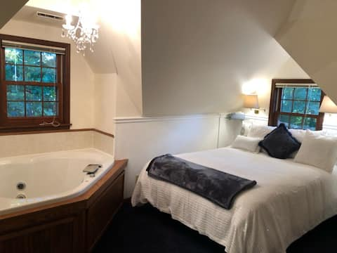 Eau Claire Single Occupancy Jacuzzi & Fireplace