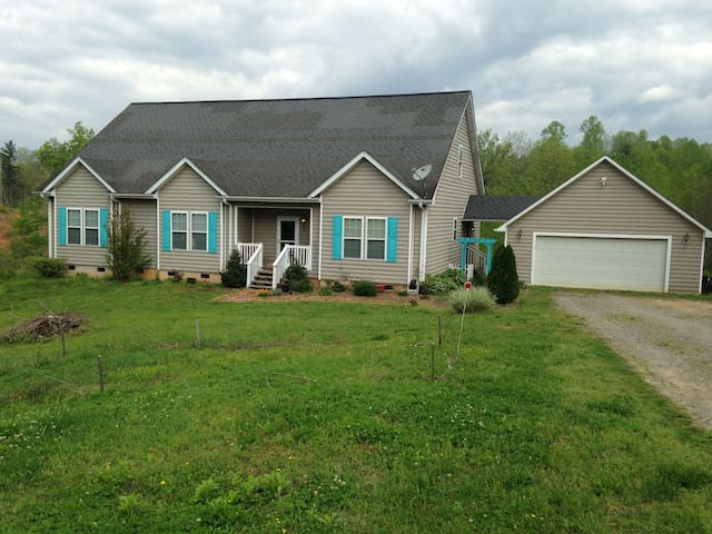 Foothills Haven on 10 Acres (1 of 2 rooms, Queen) - Boomer - Maison