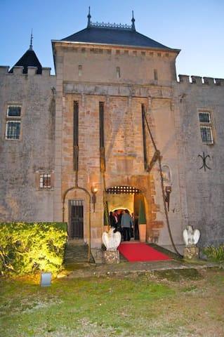 Le Château de Varennes  (XIème) - Varennes-lès-Mâcon-Mâcon - Castle