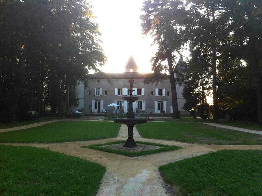 Fontaine dans le jardin à la française