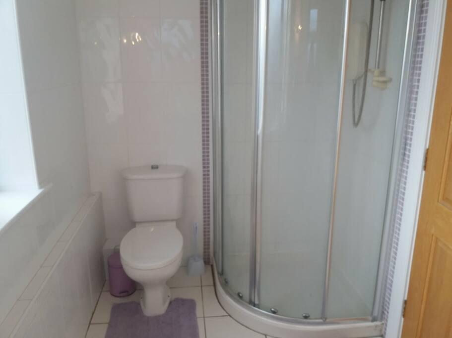 En-suite bathroom(private)