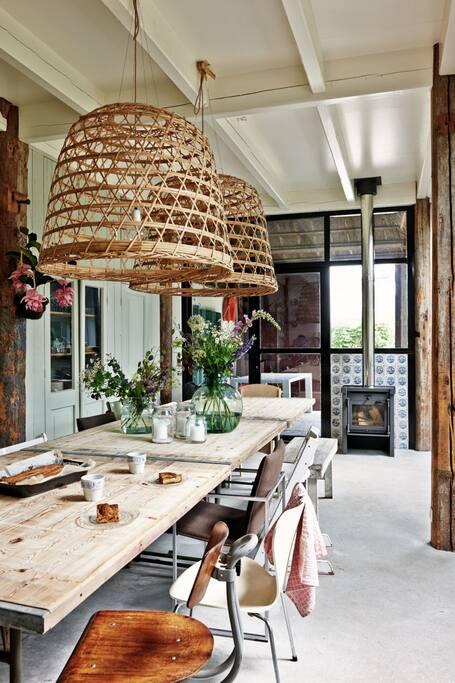 Ruime woonkeuken met houtkachel, stoomoven en inbouw koffieapparaat. Van alle gemakken voorzien!