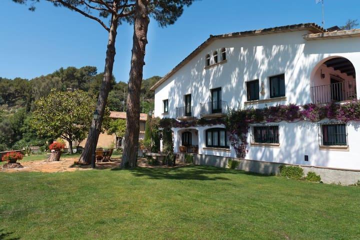 Catalan house 30' from Barcelona, near the sea