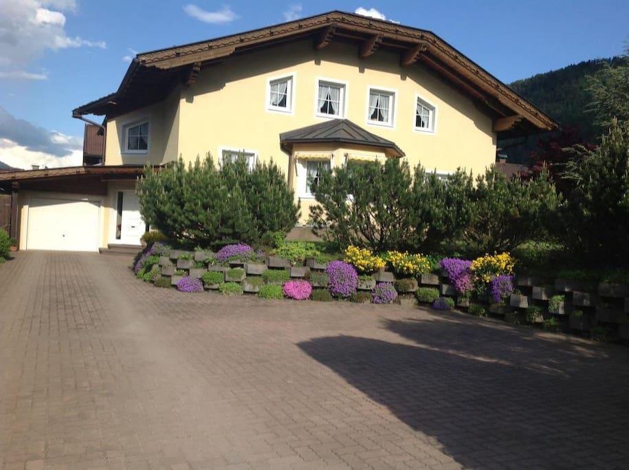 Unser Haus im Sommer mit Gästeparkplätzen in der Einfahrt (rechts im Bild)