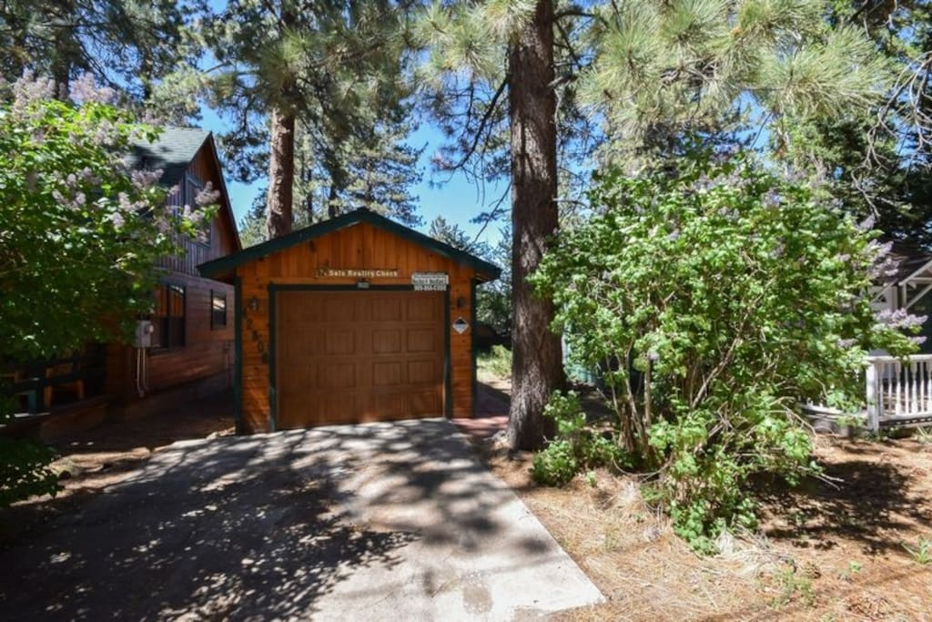 Sal 39 s reality check jacuzzi one car garage cabins for Cabins for rent in big bear lake ca