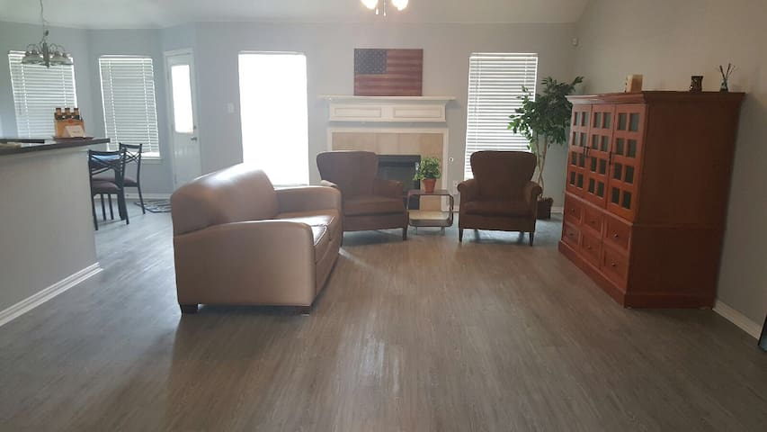 Renovated 3 Bedroom Ranch Style! - Irving