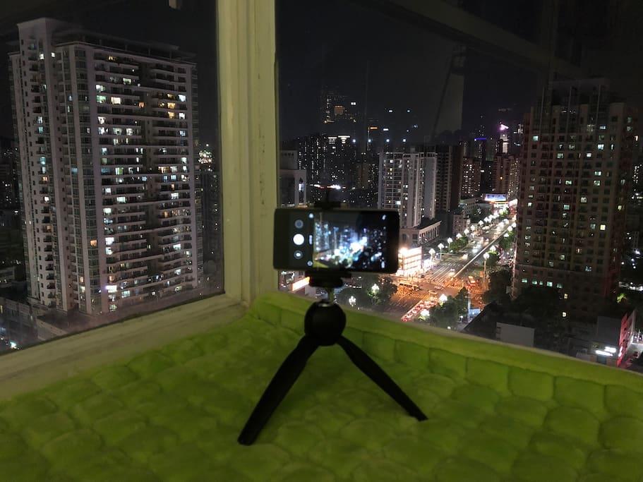 这里有深圳不可多得的看风景的角度,因为窗户的对面囊括了腾讯塔,湖南卫视的芒果大厦,隔岸看香港,深圳湾,大南山,这样的风景在深圳有多少角度可以看呢