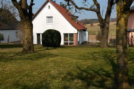 Gemütliches Haus mit großem Garten - Hus