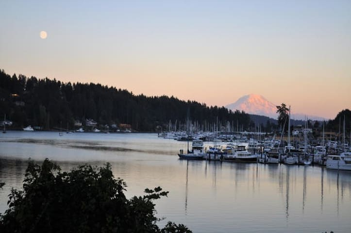 Coastal Cottage in the heart of Gig Harbor