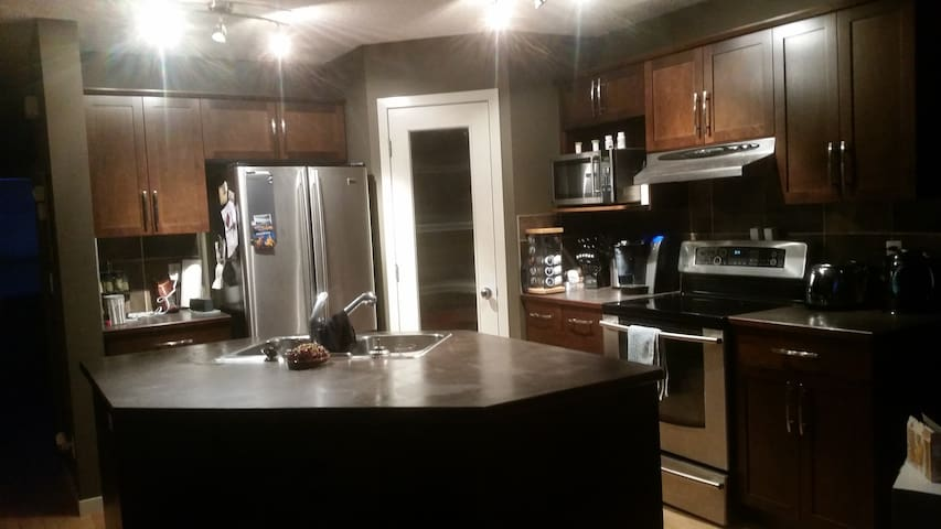 Entire home sleeps 8, minutes to Spruce Meadows - Калгари - Дом