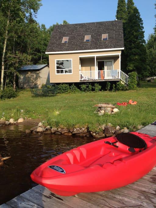 Deux kayaks ouverts faciles à manœuvrer. Découvrez l'île!