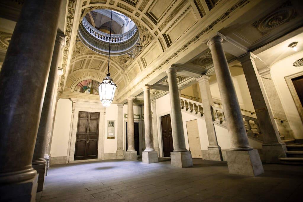 L'atrio del palazzo storico Bendinelli Sauli