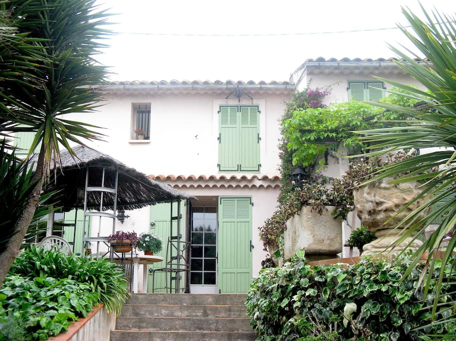 vue d'ensemble de la maison et la première terrasse