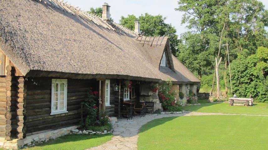 Family room in renovated farmhouse - Randvere - Bed & Breakfast