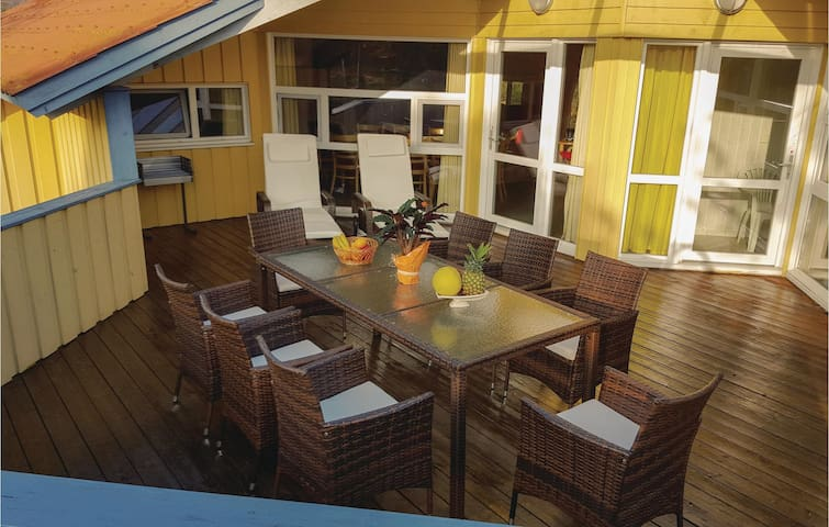 Holiday cottage with 5 bedrooms on 150 m² DMK951