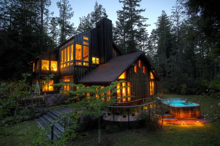 Redwood Forest Suite/Hot Tub/ART YURT/Piano