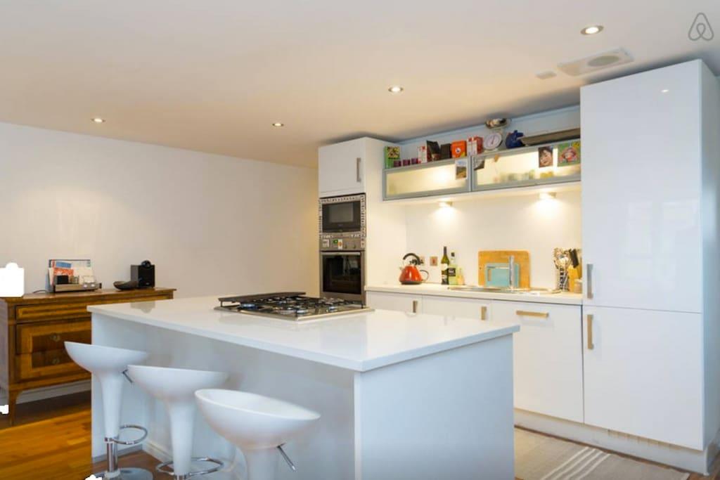 Kitchen area open on the longe