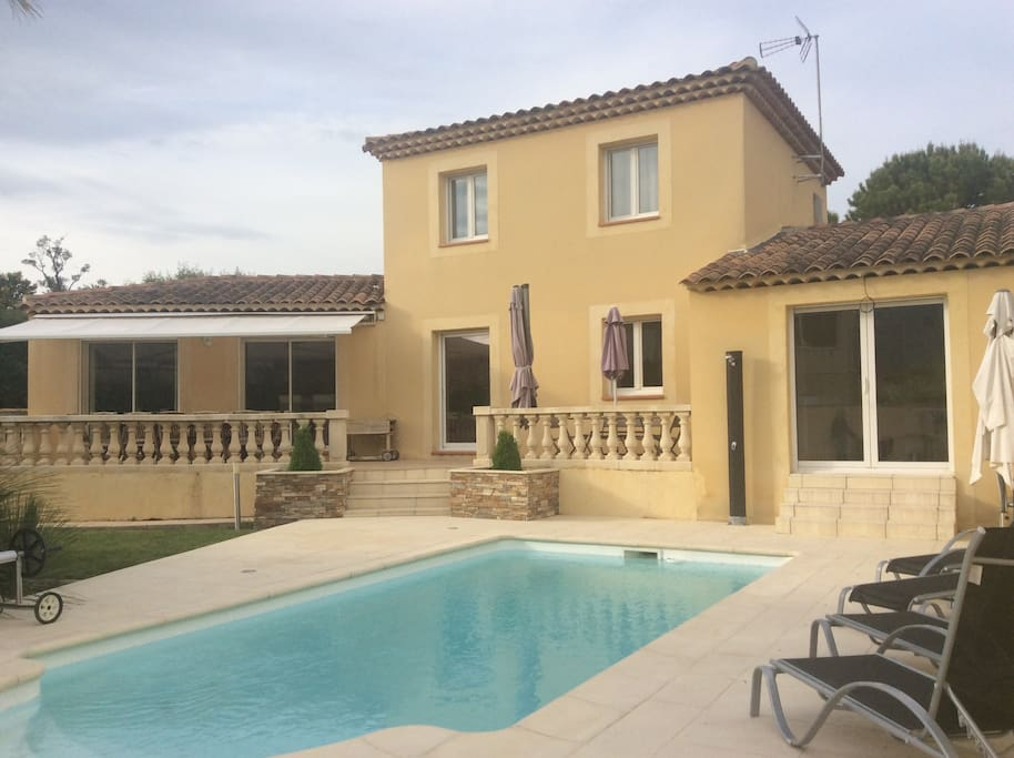 Beau studio avec piscine priv e apartments for rent in for Piscine de gemenos