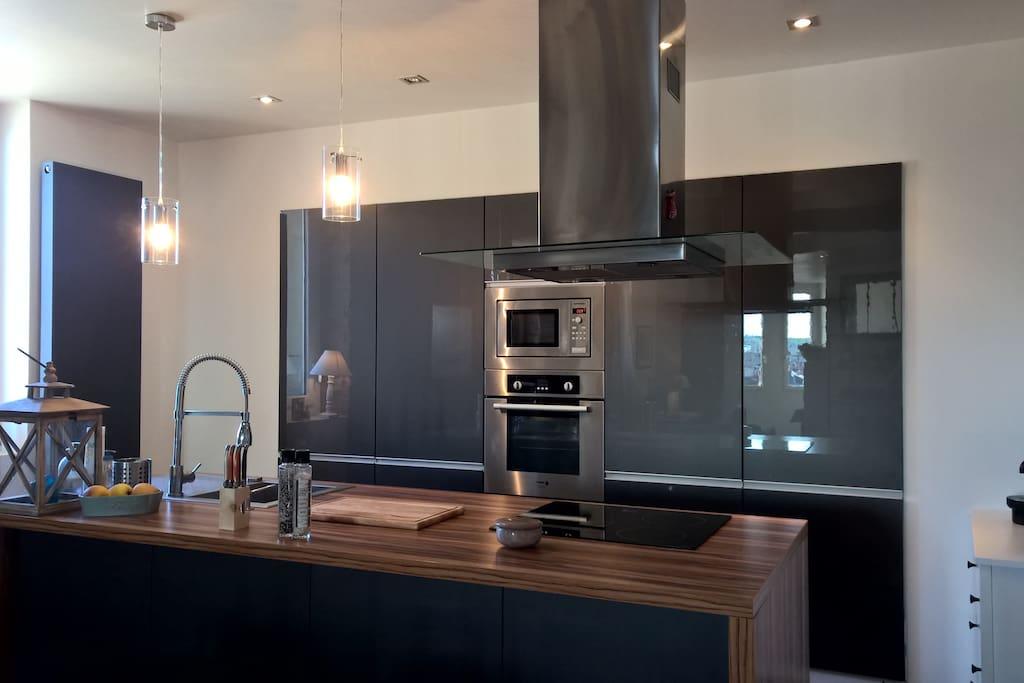Une cuisine ouverte et équipée