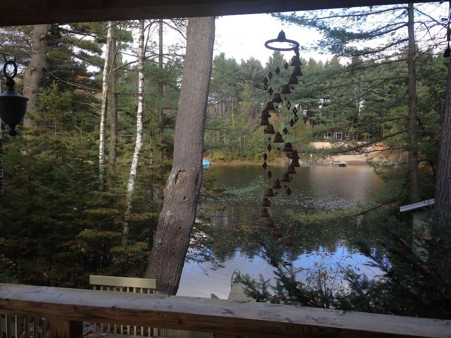 Gazébo extérieur réservé aux voyageurs avec table,chaises,BBQ et vue sur le lac