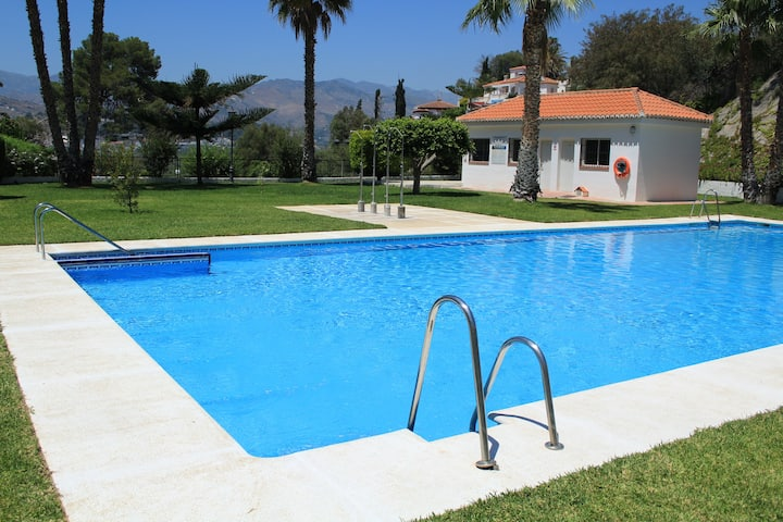 House with pool and parking, near the beach