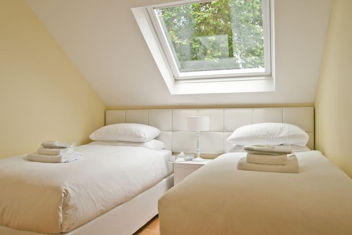 Cosy Modern Twin Room in W. London