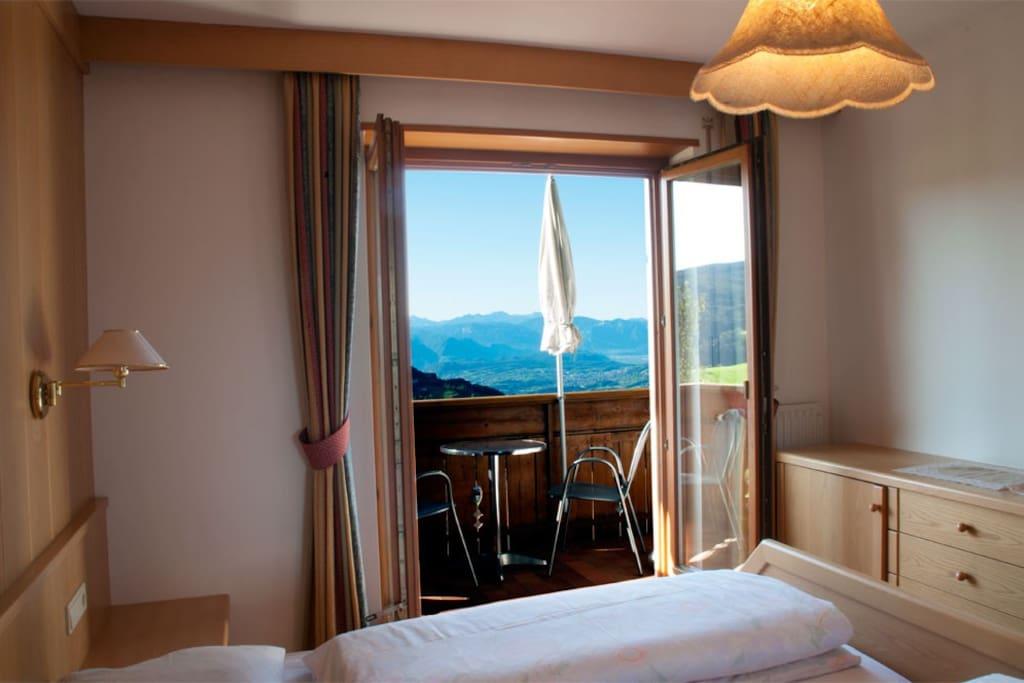 Schlafzimmer mit dem Ausblick in den Süden Südtirols