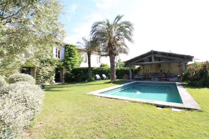 Grand mas de village au coeur de Saint-Didier avec jardin et piscine 8x4 m