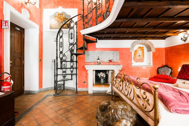 Opulent Renovated Loft near Trevi Fountain