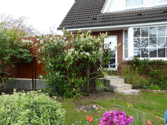 Großes Haus mit Garten am Stadtrand - Halstenbek - House