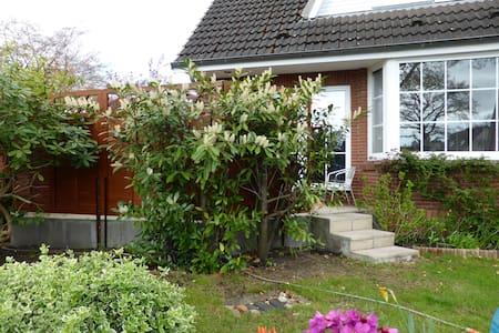 Großes Haus mit Garten am Stadtrand - Halstenbek - Haus
