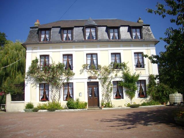 Chambre très spacieuse, calme dans ancien manoir - Saint-Arnoult