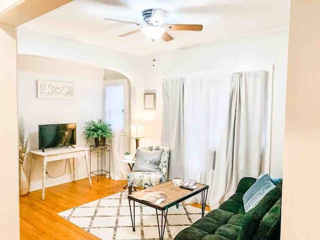 VERY CLOSE 2 BOK 1/1entire apt~free offstreet park